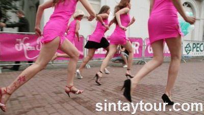 俄罗斯美女高跟鞋赛跑