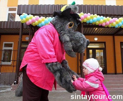 俄罗斯圣彼得堡某幼儿园内,卡通大灰狼(俄罗斯动画卡通人物)欢迎新小